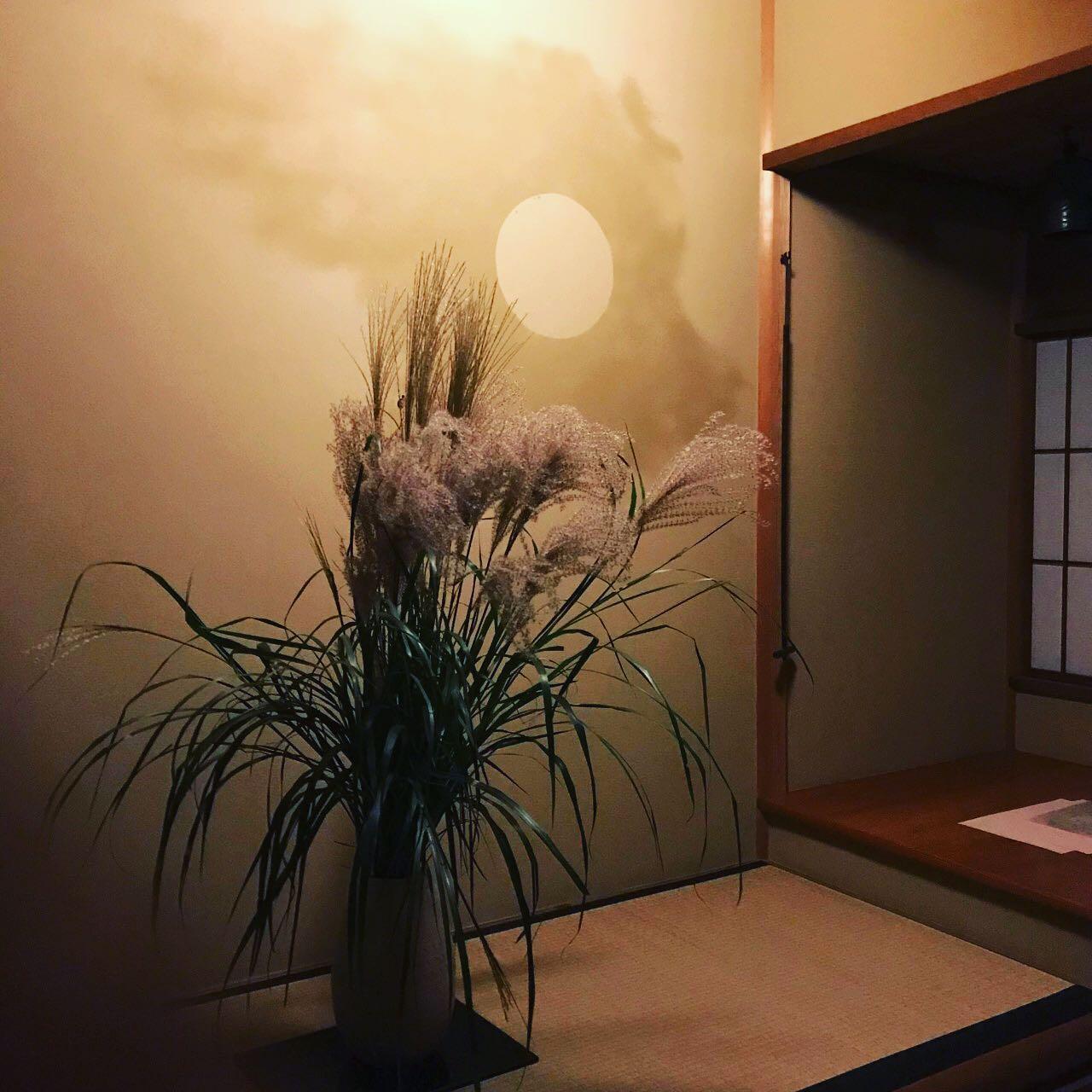 気がつけば10月になり、緊急事態宣言も解除、晴れやかな秋の気配ですが、、、先日見事な中秋の名月に際し観月茶事がありました。私はいつものごとく裏でお手伝いですが、、、楽しそうな皆さまのお顔に元気をいただいた一日でした。#田町 #芝浦 #高輪 #三田 #art #tamachi #mita #shibaura #minatoku #takanawa #一生懸命に書いた字が好き #港区書道教室  #伝統文化